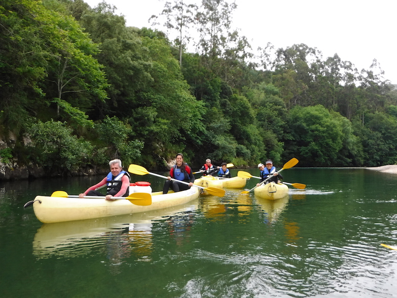 Familia en río Deva con canoas. Asturias y Cantabria canoeing