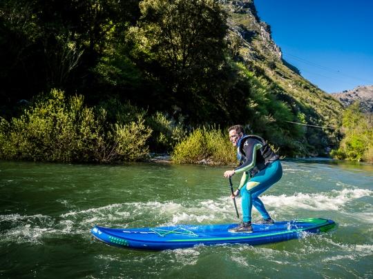 Guillermo Calvo surfeando un rápido del río Cares